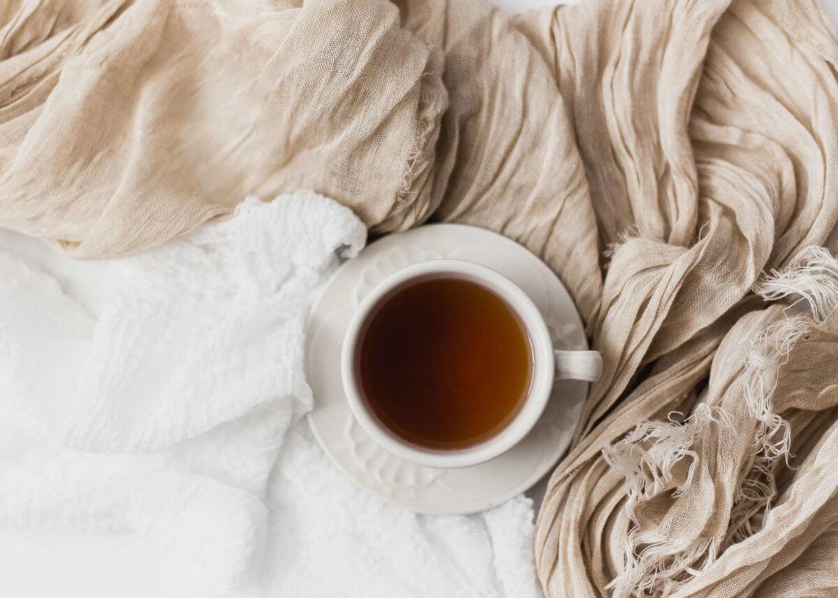Wohlfuehlherz-Zuhause wohlfuehlen-Stilleben mit Decke und Kaffeetasse