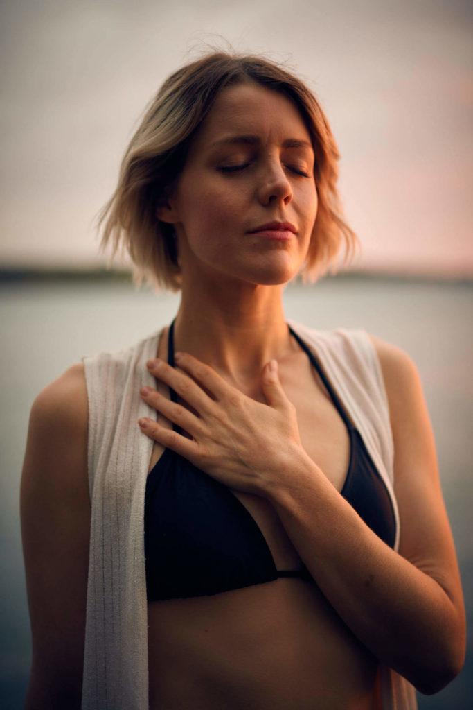 junge-frau-in-meditation-mit-hand-auf-dem-herzen_1500